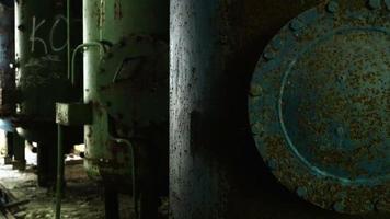 rostige Kessel in der verlassenen Fabrik. glatter und langsamer Dolly-Schuss.