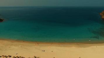 antena: piscina en la playa de arena blanca. video