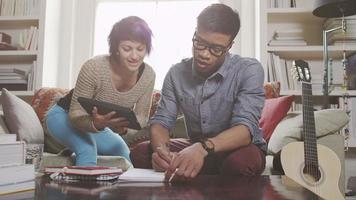 gente joven trabajando en laptop