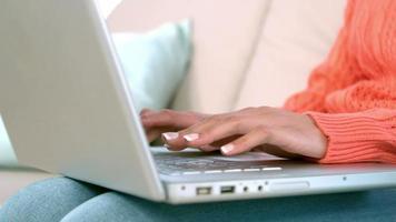 femme, utilisation, ordinateur portable, sur, sofa, chez soi