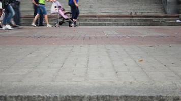 lapso de tempo de diferentes pessoas andando nos ladrilhos da cidade