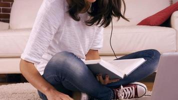 junge hübsche Frau, die auf dem Boden studiert