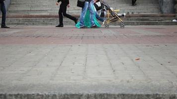 verschiedene Leute gehen auf Stadtpflasterfliesen, Menschenfüße laufen video