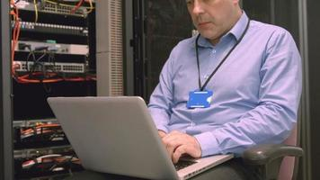 Techniker mit Laptop zur Analyse des Servers video