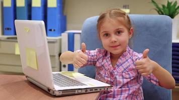 niña jugando en la computadora portátil. video full hd