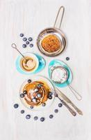 panqueques con miel y arándanos, vista superior foto