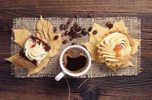 dos pasteles y café caliente