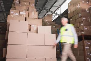 Trabajador borrosa caminando en el almacén foto