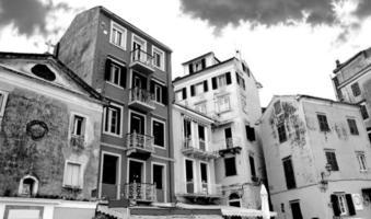 calle vieja en corfú foto