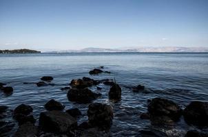 playa salvaje en corfú foto