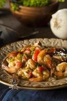 Cajun gumbo casero de camarones y salchicha foto