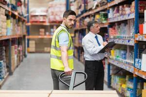trabajador de almacén hablando con su gerente foto