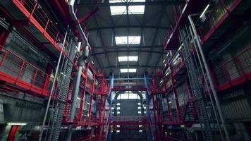 Weitwinkelaufnahme in einer Fabrik - industrielle Produktion video