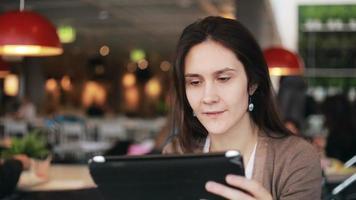 mujer, utilizar, tableta, en, café video