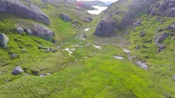 voando lentamente sobre o planalto da montanha bem acima do nível do mar video