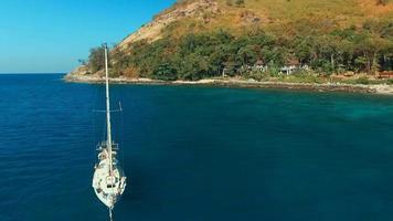 vista aerea: volare intorno allo yacht vicino alla spiaggia.