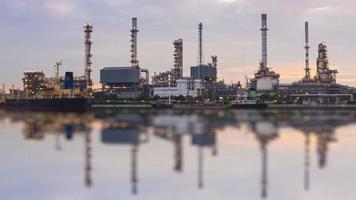 estación de refinería de petróleo de lapso de tiempo (día a noche) video