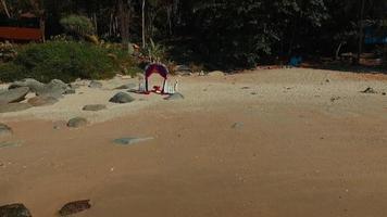 vídeo do drone: longe do arco de flores do casamento na praia. phuket. Tailândia.