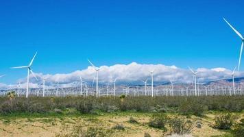 lapso de tiempo - turbina eólica con hermoso celaje video