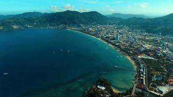 aérea: bem acima da praia de Patong. video