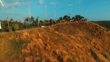antena: molino de viento cerca del cabo prothep y playa ya nui. phuket. video
