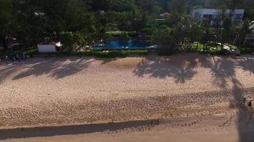 antena: vuela lejos de la piscina en la playa. video