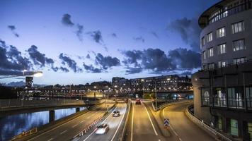 lasso di tempo hd: strada urbana al tramonto