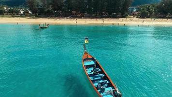 antena: botes de cola larga en la playa.
