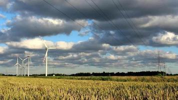 Turbinas de la estación de energía eólica de lapso de tiempo en tiempo soleado con nubes en el viento video