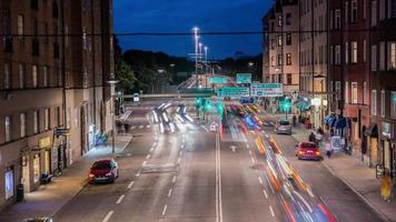 lapso de tempo hd: inclinação do tráfego nas ruas da cidade