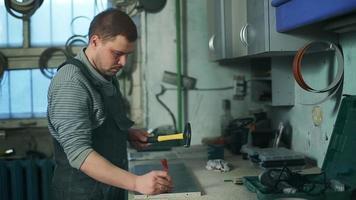 Mann arbeitet mit einem Hammer video