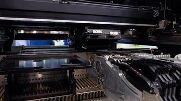 equipos industriales con cnc para instalación de chips y otros componentes