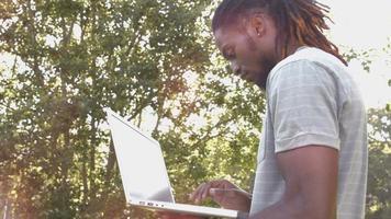 em formato de alta qualidade bonito hipster usando seu laptop