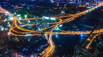 lapso de tempo paisagem urbana noturna da cidade de Banguecoque, Tailândia (inclinar para cima)
