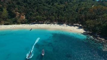 aérea: barcos de cauda longa na praia de areia branca.