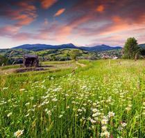 lindo nascer do sol de verão na aldeia da montanha