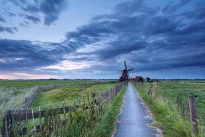 Fazenda holandesa com moinho de vento pela manhã