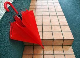 paraguas rojo bajo la lluvia foto