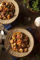 Cajun gumbo casero de camarones y salchicha