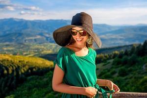 mujer en la terraza de madera en las montañas