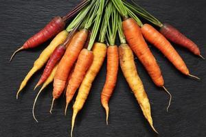 un manojo de zanahorias de colores