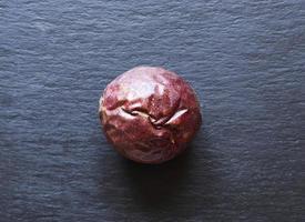 una fruta de la pasión sobre fondo de pizarra foto