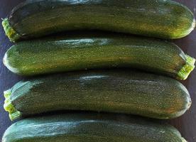 calabacines verdes frescos