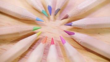 lápis de cor de madeira formando um círculo girando em video