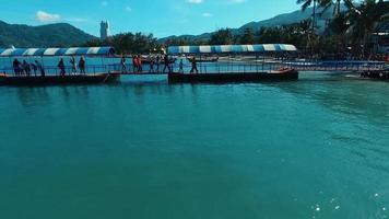 Antenne: Menschen gehen auf dem Pier zum Patong Strand.
