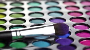 pincel de maquiagem profissional e paleta de sombras