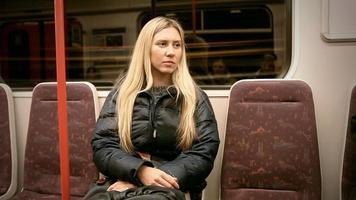 assento de mulher no metrô vagon video