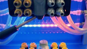 en la unidad de mezcla conectada muchas mangueras reforzadas transparentes video