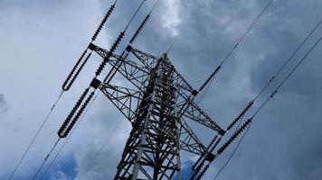 poste de eletricidade com céu tempestuoso