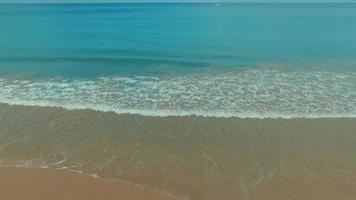 aérea: lindas ondas na praia.